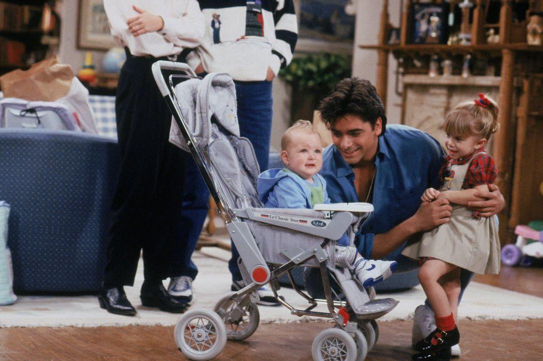 Als ein anderes Baby in die Familie kommt und plötzlich ganz viel Aufmerksamkeit von Danny, Joey und Jesse (John Stamos, M.) bekommt, gefällt das Mi... - Bildquelle: Warner Brothers Inc.