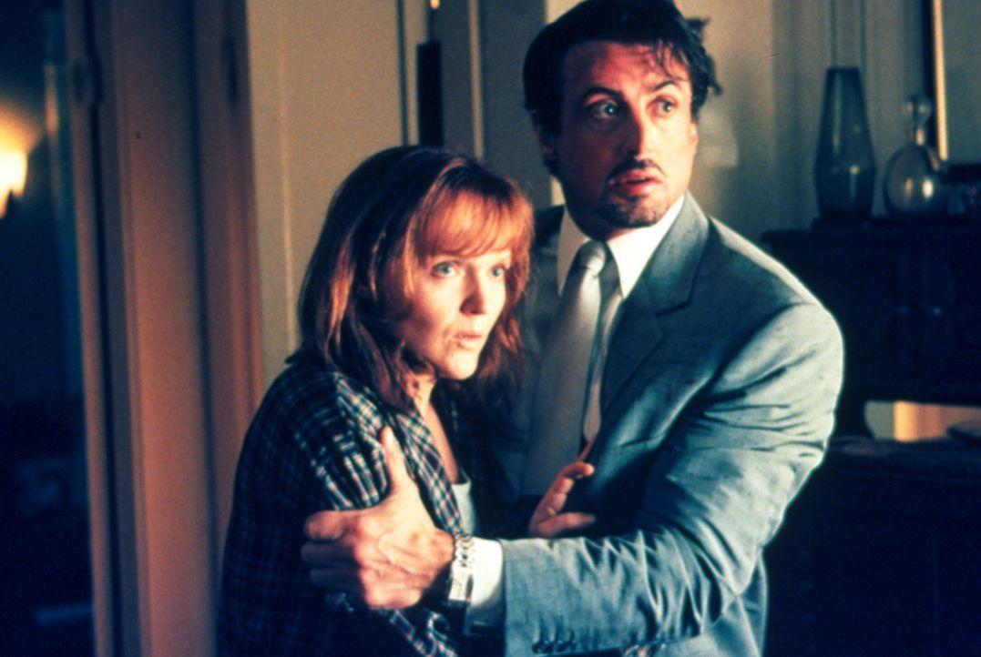Richies Witwe wurde überfallen. Jack Carter (Sylvester Stallone, r.) tröstet seine Schwägerin Gloria (Miranda Richardson, l.) in dem Wissen, dass er... - Bildquelle: Warner Bros.