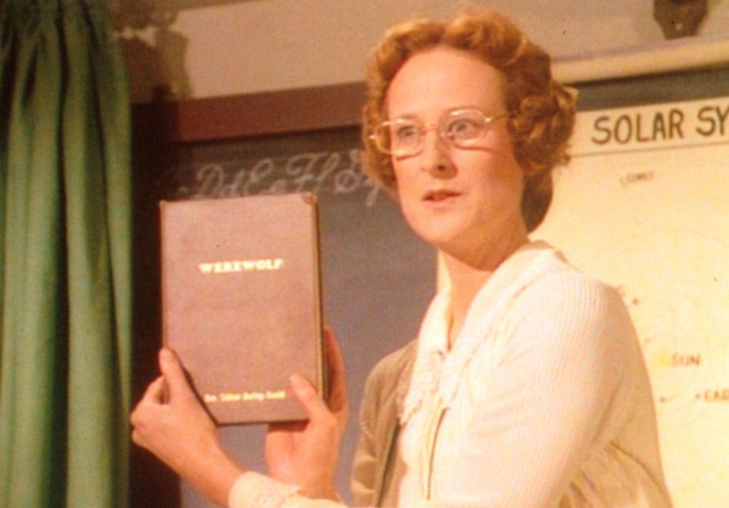 Miss Wilder (Lucy Lee Flippin) macht ihre Schüler auf ein brilliantes Buch aufmerksam, das über den Mythos der Werwölfe aufklärt. - Bildquelle: Worldvision