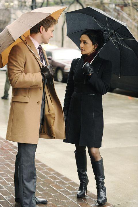 Kalinda Sharma (Archie Panjabi, r.) erzählt Cary Agos (Matt Czuchry, l.) von dem Gerücht, Peter habe mit einer Mitarbeiterin geschlafen. Doch ist... - Bildquelle: CBS   2011 CBS Broadcasting Inc. All Rights Reserved.