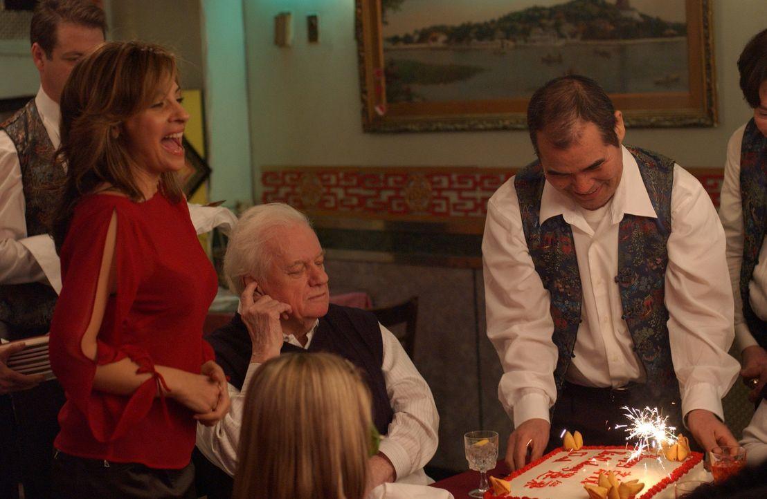 Noch genießen Sheila (Callie Thorne, l.) und die anderen Gäste Dads (Charles Durning, M.) Geburtstagsfeier - aber nicht mehr lange ... - Bildquelle: SONY 2006 CPT Holdings, Inc. All Rights Reserved.