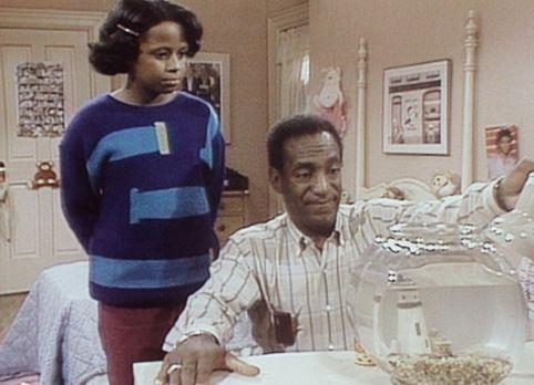 Bill Cosby Show - Vanessa (Tempsett Bledsoe, l.) sieht ihrem Vater Cliff (Bil...