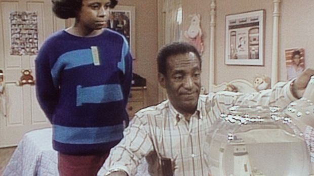 Vanessa (Tempsett Bledsoe, l.) sieht ihrem Vater Cliff (Bill Cosby, r.) zu, w...