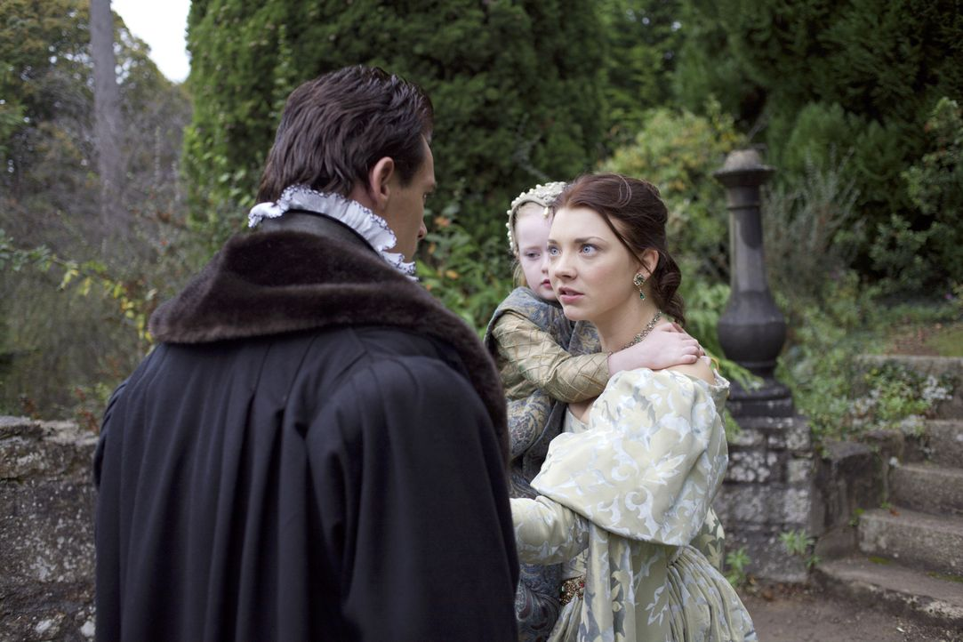 Anne (Natalie Dormer, r.) versucht ihre Unschuld zu beteuern und fleht beim König (Jonatahn Rhys Meyers, l.) um Gnade, doch sie stößt nur auf taube... - Bildquelle: 2008 TM Productions Limited and PA Tudors II Inc. All Rights Reserved.