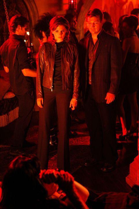 Richard Castle (Nathan Fillion, 2.v.l.) und Kate Beckett (Stana Katic, r.) sehen auf einer Party für Vampir-Fetischisten, wie eine junge Frau das Bl... - Bildquelle: ABC Studios