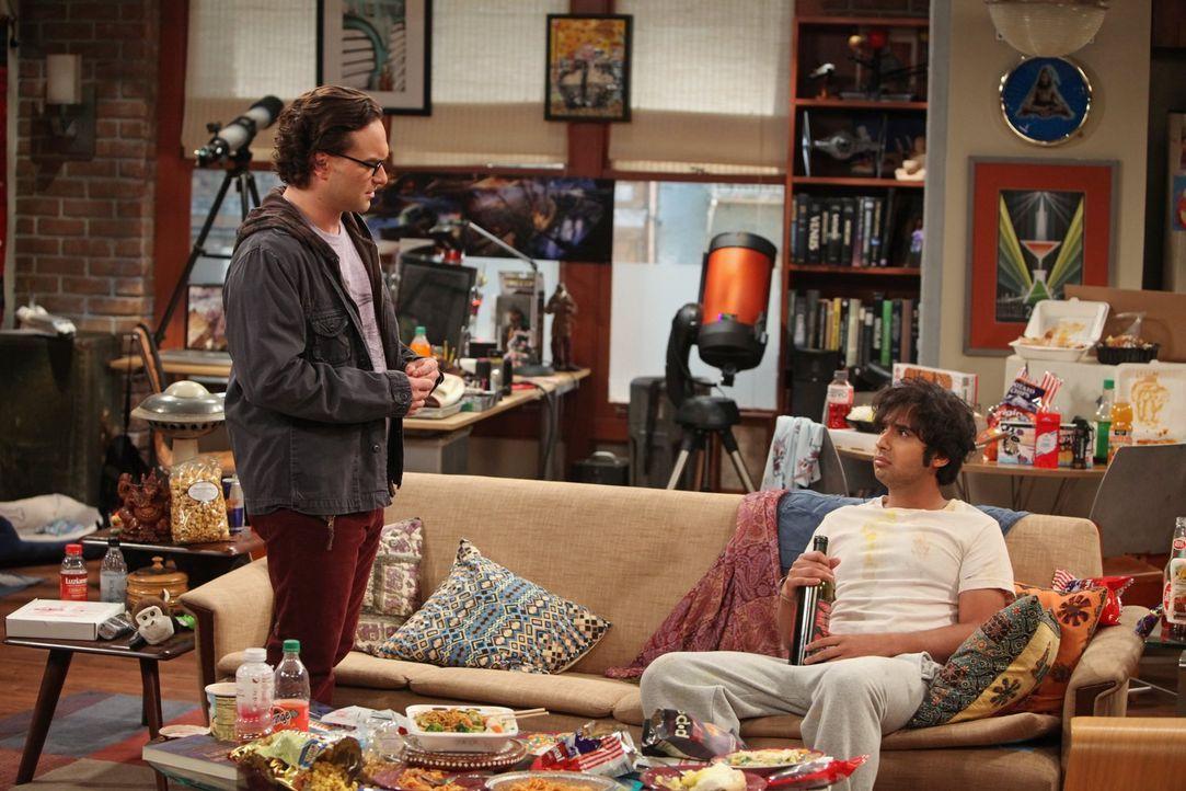 Nach einem schrecklichen Date ist Raj (Kunal Nayyar, r.) frustriert und will seine Wohnung nie wieder verlassen. Leonard (Johnny Galecki, l.) versuc... - Bildquelle: Warner Bros. Television