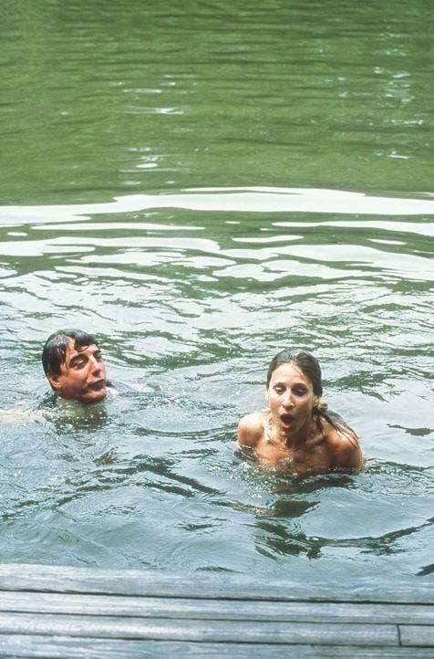 Das Treffen zwischen Carrie (Sarah Jessica Parker, r.) und Big (Chris Noth, l.) fällt im wahrsten Sinne des Wortes ins Wasser. - Bildquelle: Paramount Pictures