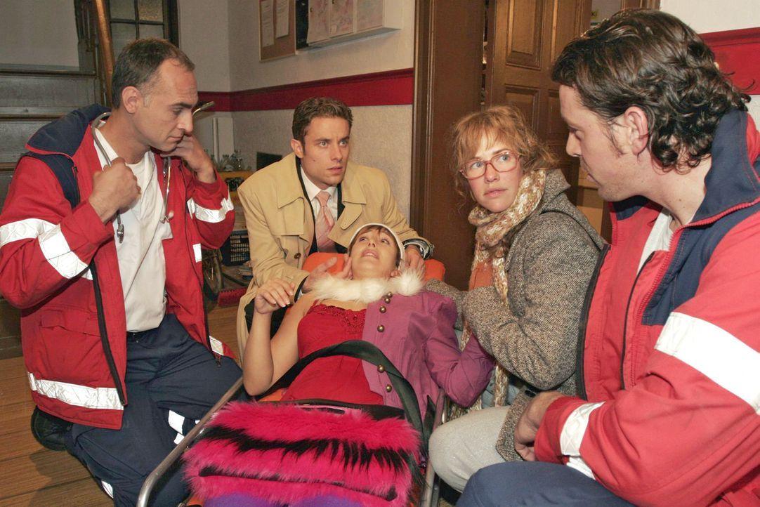 Lisa (Alexandra Neldel, 2.v.r.) und Max (Alexander Sternberg, 2.v.l.) machen sich große Sorgen um Yvonne (Bärbel Schleker, M. liegend), die die Trep... - Bildquelle: Noreen Flynn Sat.1