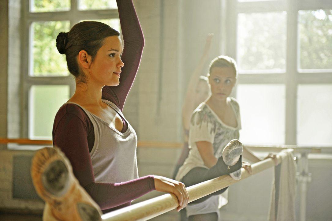 Die beiden Freundinnen Sofie (Emilia Schüle, l.) und Stella (Sina Tkotsch, r.) träumen von einer grossen Karriere als Balletttänzerin ... - Bildquelle: Buena Vista International
