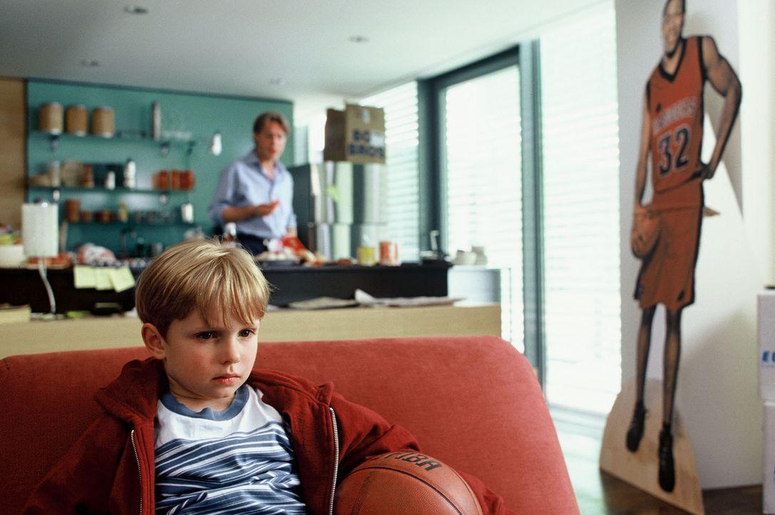 Dexter (Wolf-Niklas Schykowski, l.) ist enttäuscht: Erst kommt sein Vater (Pierre Besson, r.) zu spät zur Theateraufführung im Kindergarten und dann... - Bildquelle: Dirk Plamböck Sat.1