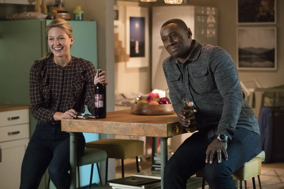 Nach ahnen Kara (Melissa Benoist, l.) und J'onn (David Harewood, r.) nicht, das auf sie schon bald erschreckende Erkenntnisse warten ... - Bildquelle: 2017 Warner Bros.