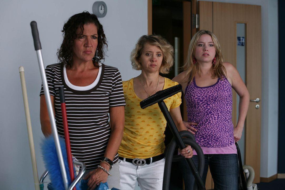 Das Putzteam der Kanzlei: Petra (Katy Karrenbauer), Anke (Anna Böttcher) und Nicky (Caroline Maria Frier) ... - Bildquelle: Volker Roloff ProSieben