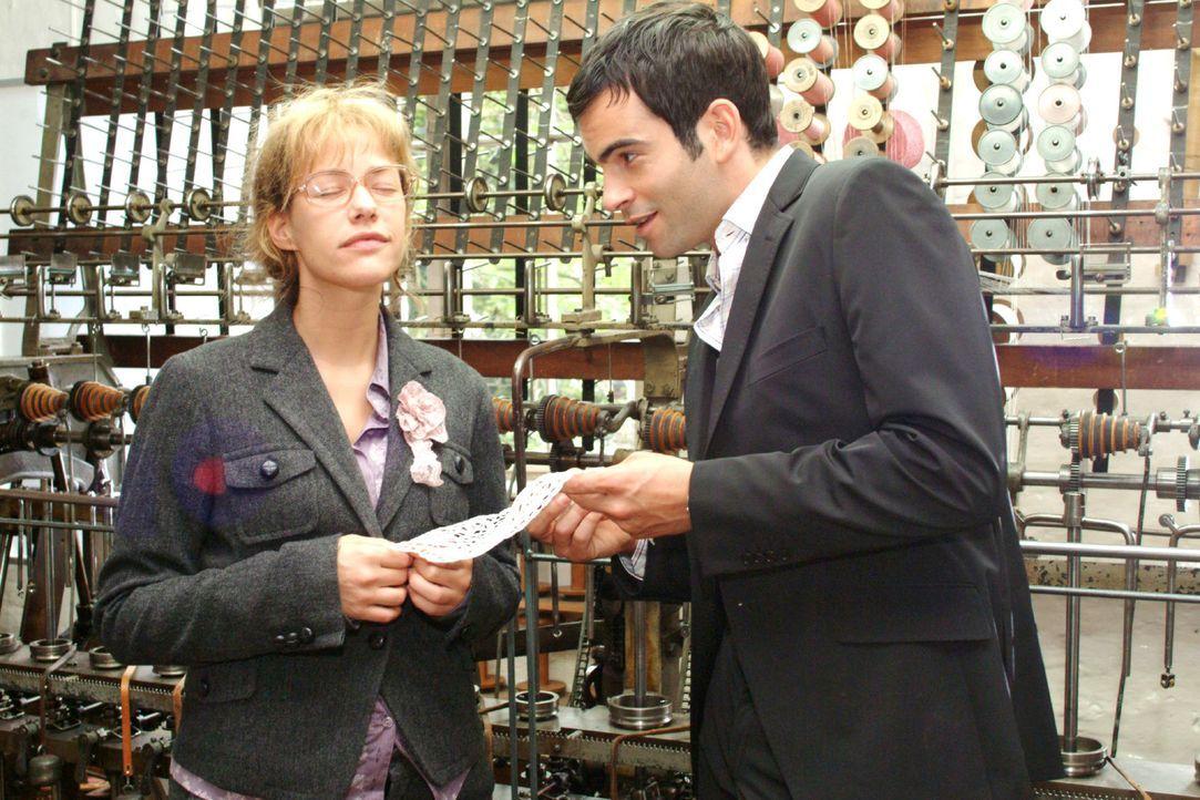 Beim Besuch einer sorbischen Handwerksmanufaktur befühlt Lisa (Alexandra Neldel, l.) Spitze, in die Sagenmotive eingewebt sind, und lässt sich von D... - Bildquelle: Monika Schürle Sat.1