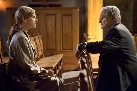 Der CIA Agent Andrea Schmidt (William Daniels, r.) taucht bei Brenda (Kyra Se...