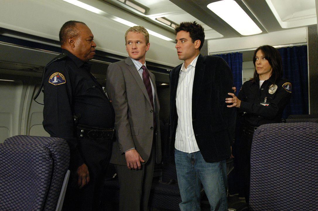 Da sich Barney (Neil Patrick Harris, 2.v.l.) und Ted (Josh Radnor, 2.v.r.) am New Yorker Flughafen verdächtig benommen hatten, werden sie festgenomm... - Bildquelle: 20th Century Fox International Television