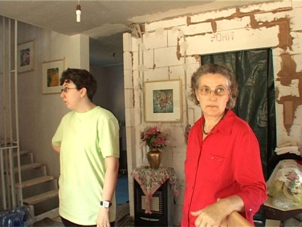 Mutter und Tochter im unfertigen Wohnzimmer ihres Hauses. Eigentlich sollte alles fertig sein und nun müssen sie auf einer Baustelle hausen. - Bildquelle: Sat.1