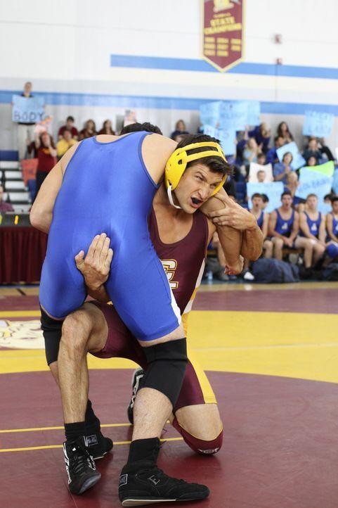 Ringkampf Champion Ryan (Parker Young, r.) verletzt sich erstmals in einem Kampf und erfährt, was es heißt, als Loser nicht mehr Liebling der Fami... - Bildquelle: Warner Brothers