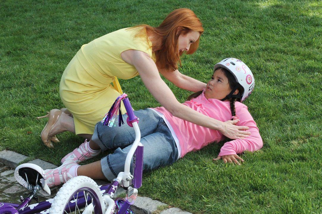 Durch den Unfall, bei dem Bree (Marcia Cross, l.) Juanita (Madison De La Garza, r.) versehentlich anfährt, kommt eine schockierende Nachricht für Ga... - Bildquelle: ABC Studios