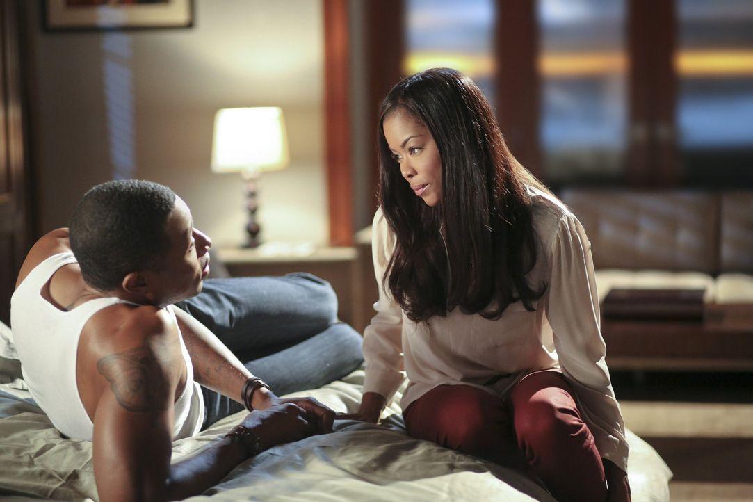 Mit großem Körpereinsatz möchte Lavon (Cress Williams, l.) Rubys Großvater für sich gewinnen, aber dieser möchte auf keinen Fall das er mit Ruby (Go... - Bildquelle: Warner Bros.