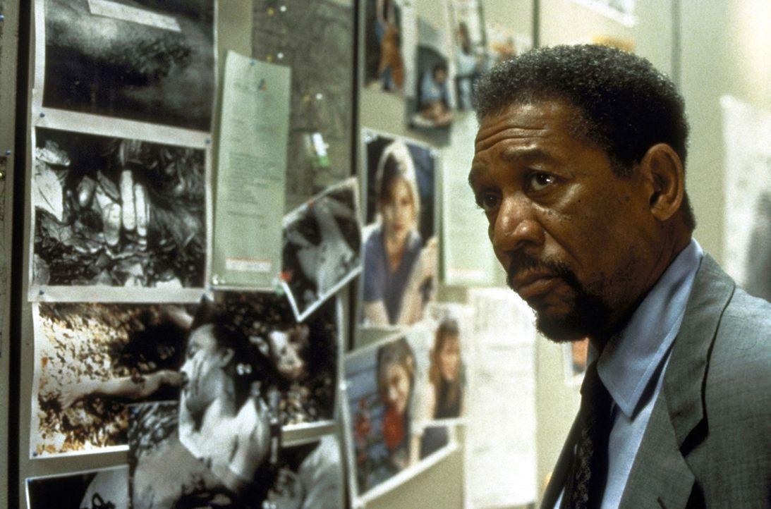 Mithilfe der Fotos der verschwundenen Frauen will sich Polizeipsychologe Alex Cross (Morgan Freeman) ein Bild von dem Serienkiller machen ... - Bildquelle: Paramount Pictures