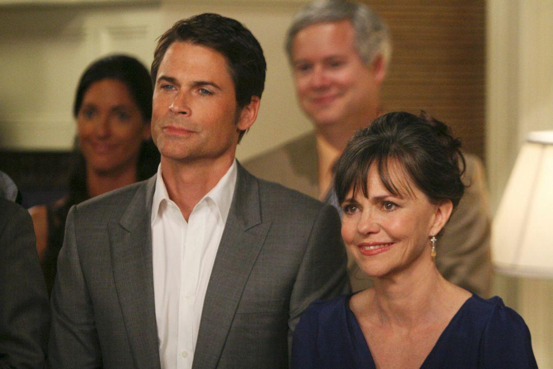 Nora Walker (Sally Field, r.) und Robert McCallister (Rob Lowe, l.) freuen sich für Scotty und Kevin, die sich bei einer romantischen Feier das Ja-W... - Bildquelle: Disney - ABC International Television