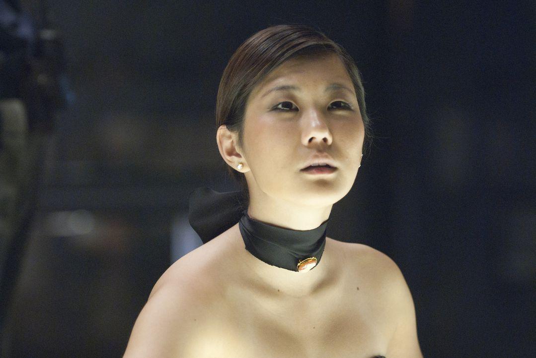 Lässt sich auf ein gefährliches Spiel ein: Kaneko (Irene Choi) ... - Bildquelle: Sony Pictures Television Inc. All Rights Reserved.