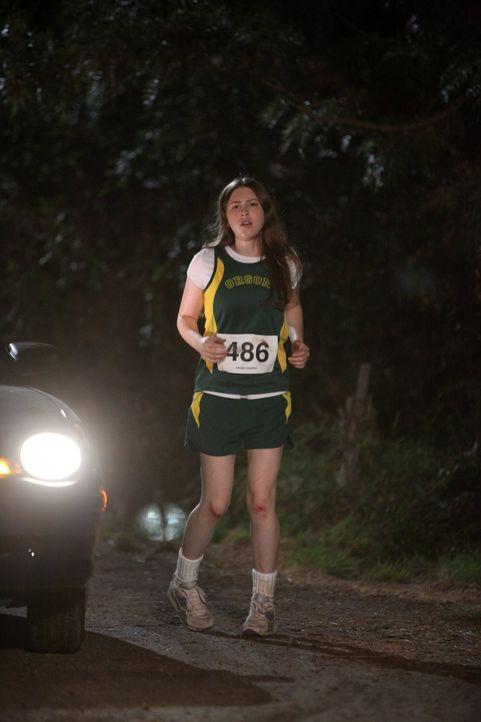 Sue (Eden Sher) muss sich in ihrem ersten Langstreckenlauf nicht nur mit ihren Teammitgliedern messen, sondern auch mit ihrem Bruder Axl, der am gle... - Bildquelle: Warner Brothers