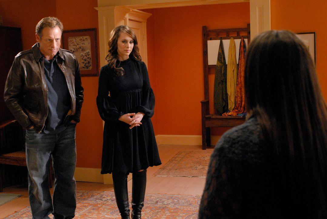 Melinda (Jennifer Love Hewitt, M.) sieht die Zeit gekommen, Delia (Camryn Manheim, r.) endlich von ihren Fähigkeiten zu erzählen, denn der Geist von... - Bildquelle: ABC Studios