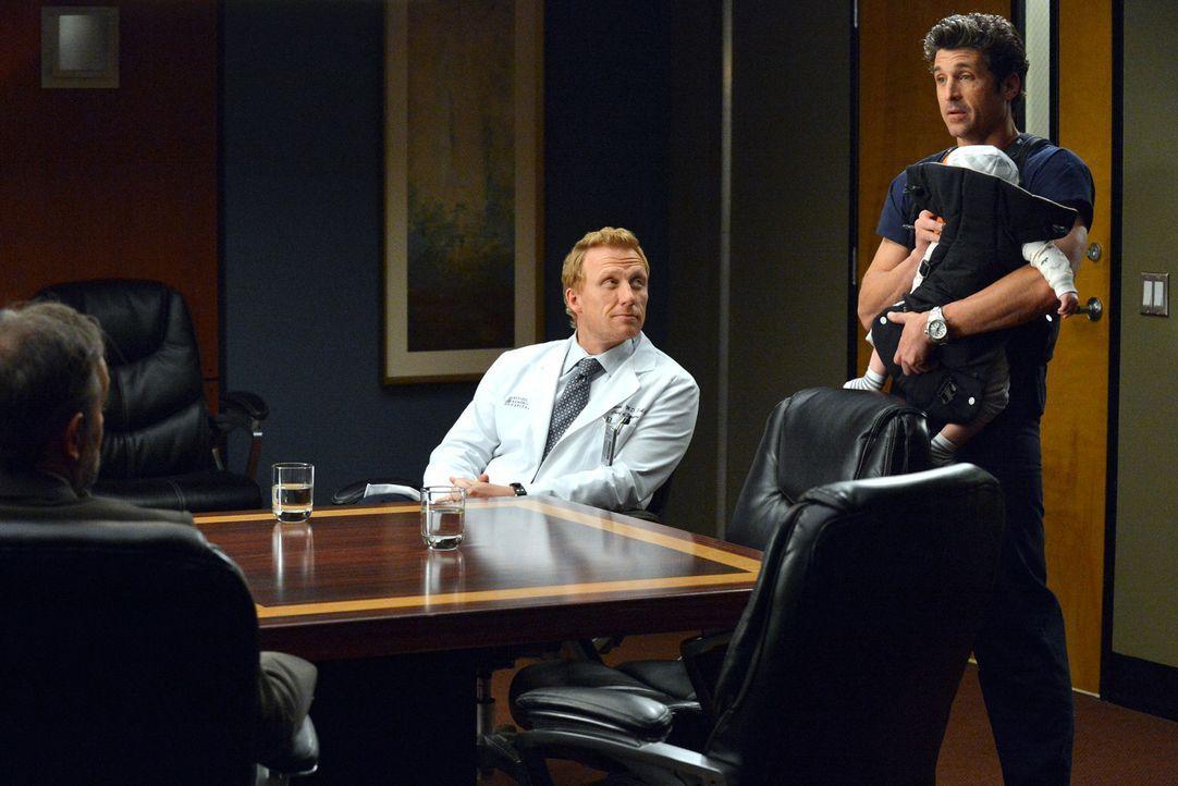 Was für ein Angebot: Derek (Patrick Dempsey, r.) wird vom Präsidenten persönlich angerufen. Kann Owen (Kevin McKidd, M.) bei der Entscheidungssuche... - Bildquelle: ABC Studios