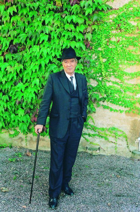 Inspektor Frédéric Larsan (Pierre Arditi) geht routiniert an seinen neuen Fall ran. Die Tochter eines Gutbesitzers hat nur knapp einen Anschlag ü...