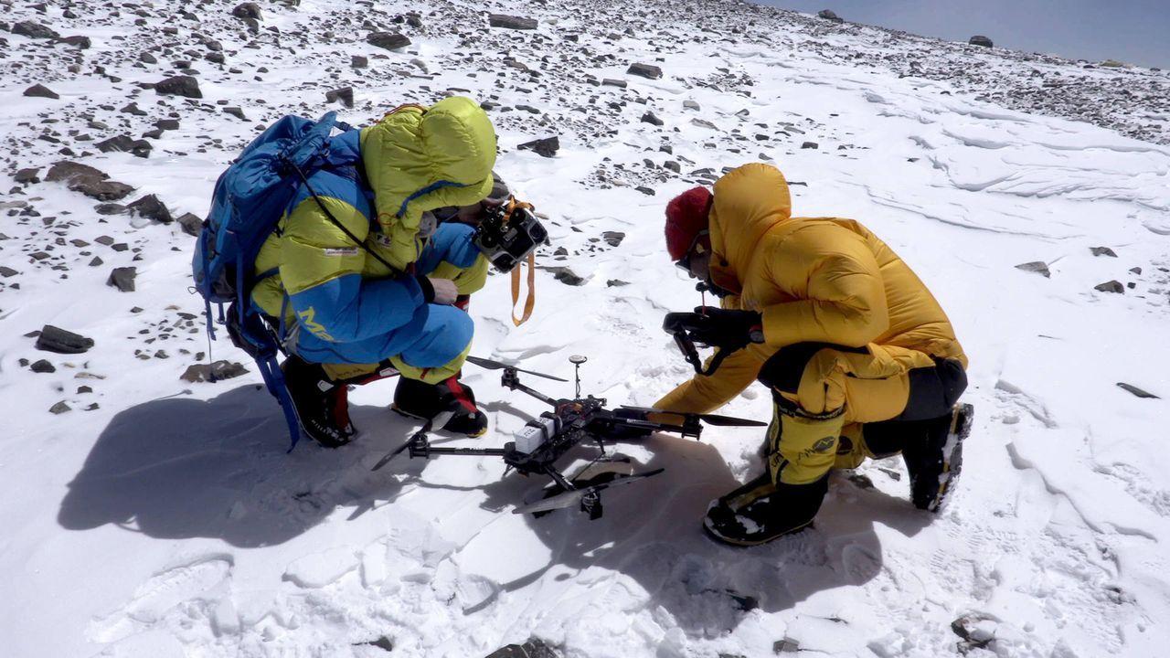 Am Gipfel der Gipfel, dem Mount Everest, will der Österreicher Lukas Furtenbach per Drohne bisher unvorstellbare Luftaufnahmen machen. Wird sein zwö... - Bildquelle: ProSieben MAXX