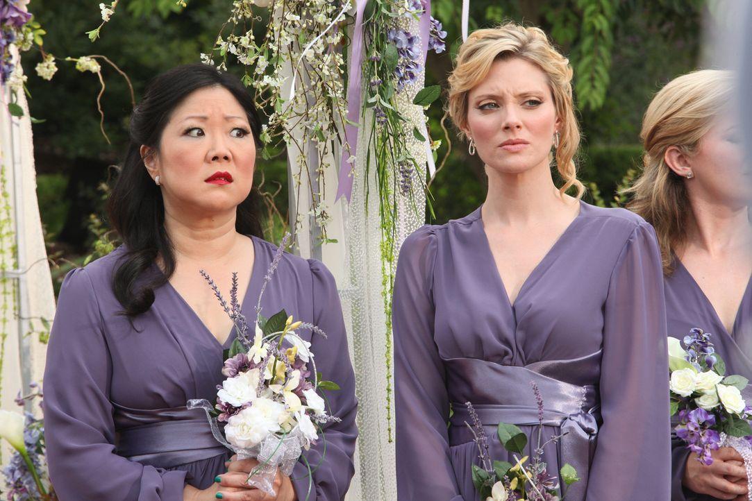 Der große Tag ist gekommen: Stacy (April Bowlby, r.) und Teri (Margaret Cho, l.) warten gespannt auf die Braut. Hat Jane kalte Füße bekommen? - Bildquelle: 2012 Sony Pictures Television Inc. All Rights Reserved.