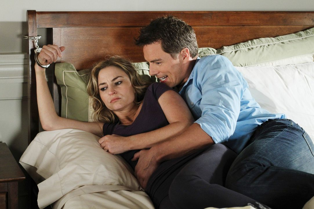 Während Bree versucht, Sam loszuwerden, ist Angie (Drea de Matteo, l.) in den Fängen von Patrick Logan (John Barrowman, r.) ... - Bildquelle: ABC Studios