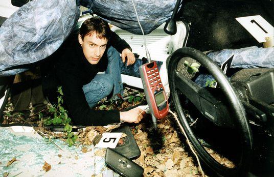 Kommissar Brandtner (Gedeon Burkhard) nimmt das Autowrack etwas genauer unter...