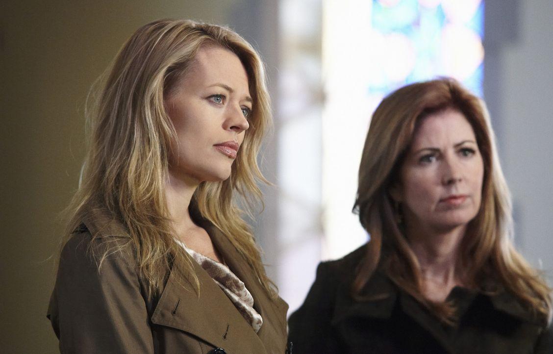 Megan (Dana Delany, r.) glaubt nicht an einen natürlichen Tod bei Nikki Parkson. Gemeinsam mit Kate (Jeri Ryan, l.) ermittelt sie, um den Mörder zu... - Bildquelle: ABC Studios