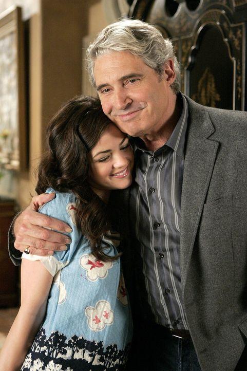 Kommen trotz Laurels Vorbehalten gut miteinander aus: Rose (Lucy Hale, l.) und Miles (Michael Nouri, r.) ... - Bildquelle: Warner Bros. Television