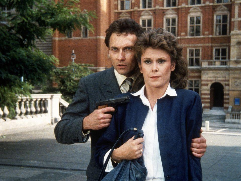 Harter Umgang zwischen den alten Freunden Amanda (Kate Jackson, r.) und Conrad (Stephen Davies). - Bildquelle: CBS Television