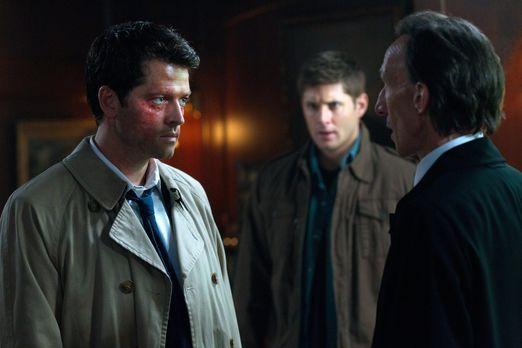 Supernatural - Castiel (Misha Collins, l.) sieht davon ab Bobby, Dean und Sam...