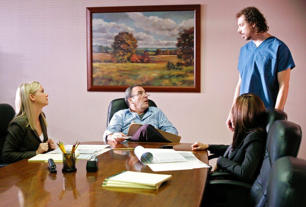 Da die Spur des Täters in ein Krankenhaus führt, ermitteln Jason Gideon (Mandy Patinkin, 2.v.l.), Elle Greenway (Lola Glaudini, 2.v.l.) und Jennifer... - Bildquelle: Gale Adler Touchstone Television