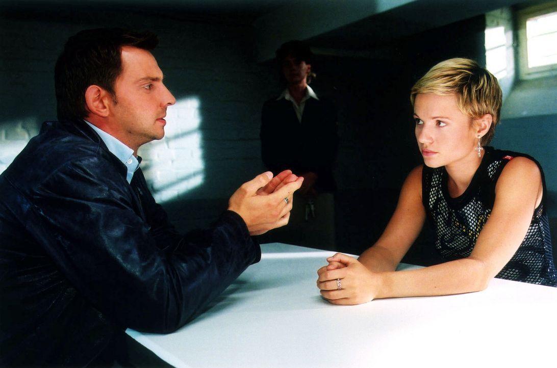 Tom (Steven Merting, l.) verhört Karen Mühlheim (Daniela Preuß, r.), die unter dem Verdacht steht, einen Mann getötet zu haben. - Bildquelle: Claudius Pflug Sat.1