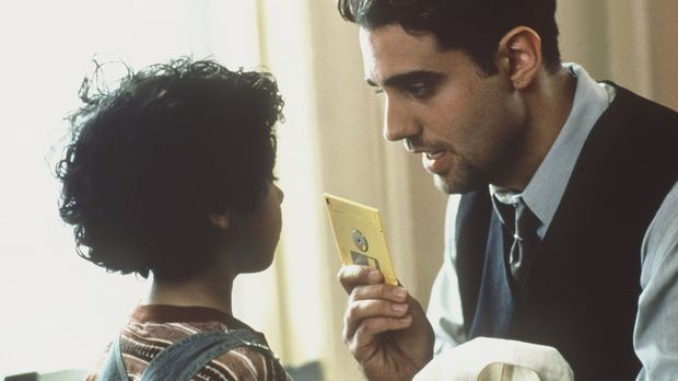 Der Gangster Kevin (Jeremy Northam, r.) weiß genau, dass der Junge Nicholas N...