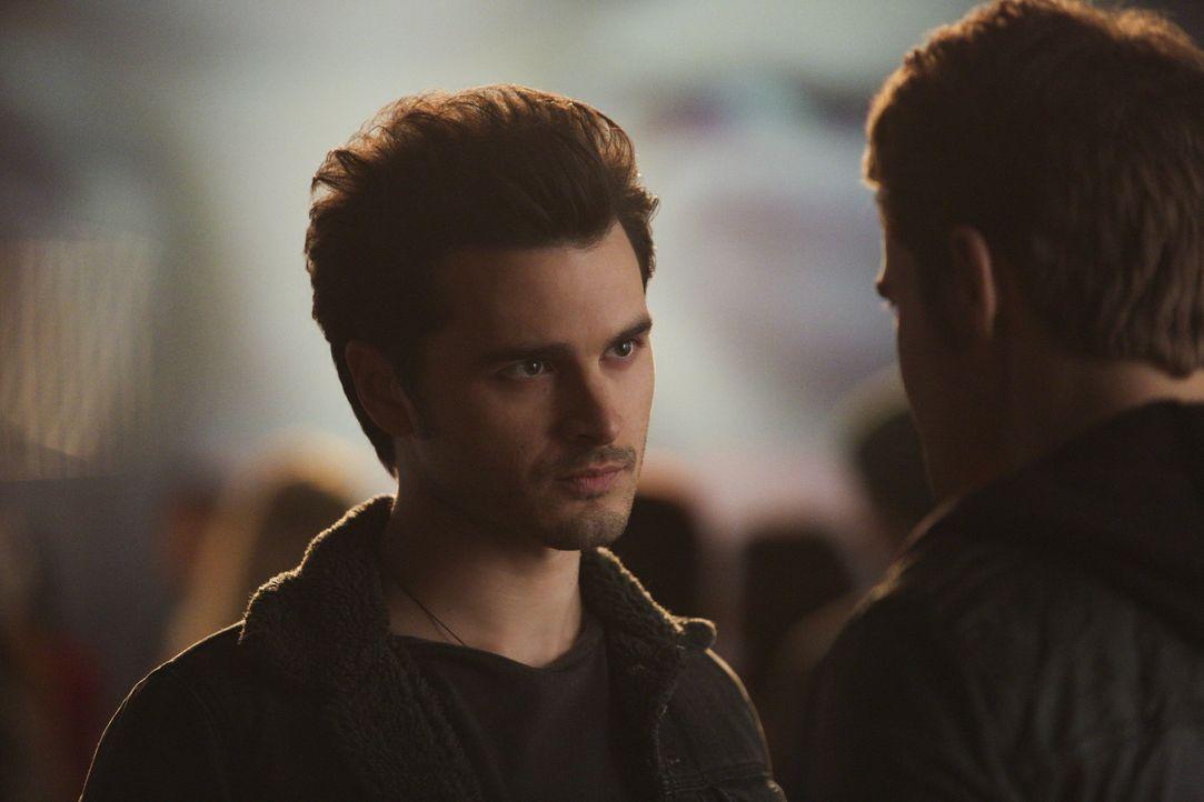 Enzo will wissen, was Stefan plant - Bildquelle: Warner Bros. Entertainment Inc.