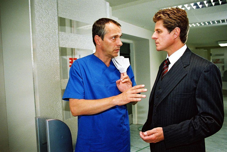 Dr. Rosen (Horst Kummeth, r.) ist unzufrieden: Er glaubt, dass Dr. Stein (Christoph Schobesberger, l.) seinen Sohn Nils nicht optimal behandelt ... - Bildquelle: Monika Schürle Sat.1