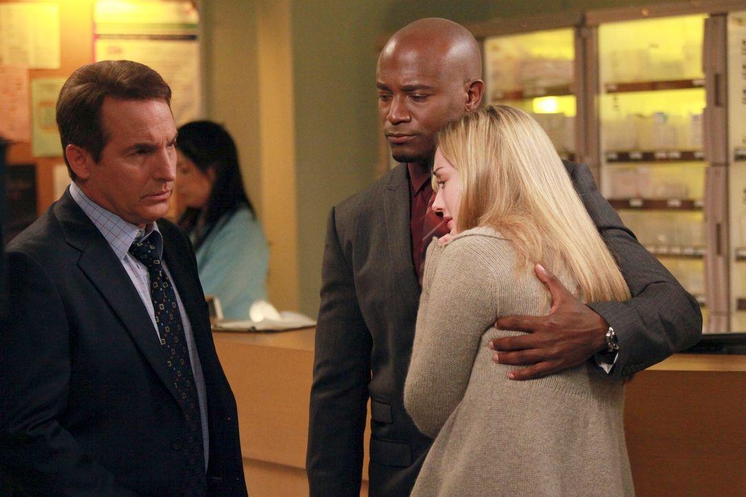 Kelly (Ashley Johnson, r.) macht sich Sorgen um ihren Mann Rick und bittet deshalb Sam (Taye Diggs, M.) und Sheldon (Brian Benben, l.) um Hilfe .. - Bildquelle: ABC Studios