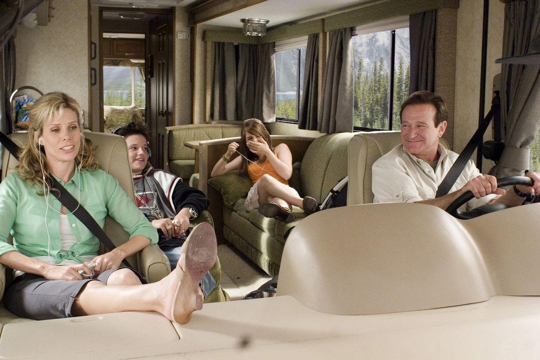 Ferien im Wohnmobil: Bob (Robin Williams, r.), Jamie (Cheryl Hines, l.), Cassie (Joanna Levesque, 2.v.r.) und Carl (Josh Hutcherson, 2.v.l.) ... - Bildquelle: Sony Pictures Television International. All Rights Reserved.