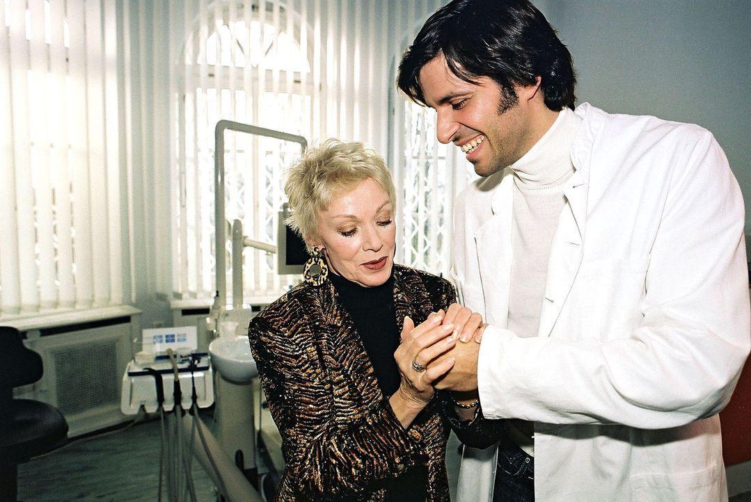 Dr. Odenthal (Pasquale Aleardi, r.) liegen die Frauen zu Füßen. Auch seine Patientin Frau Sommerhof (Anita Kupsch, l.) kommt viel häufiger als nötig... - Bildquelle: Gordon Mühle Sat.1