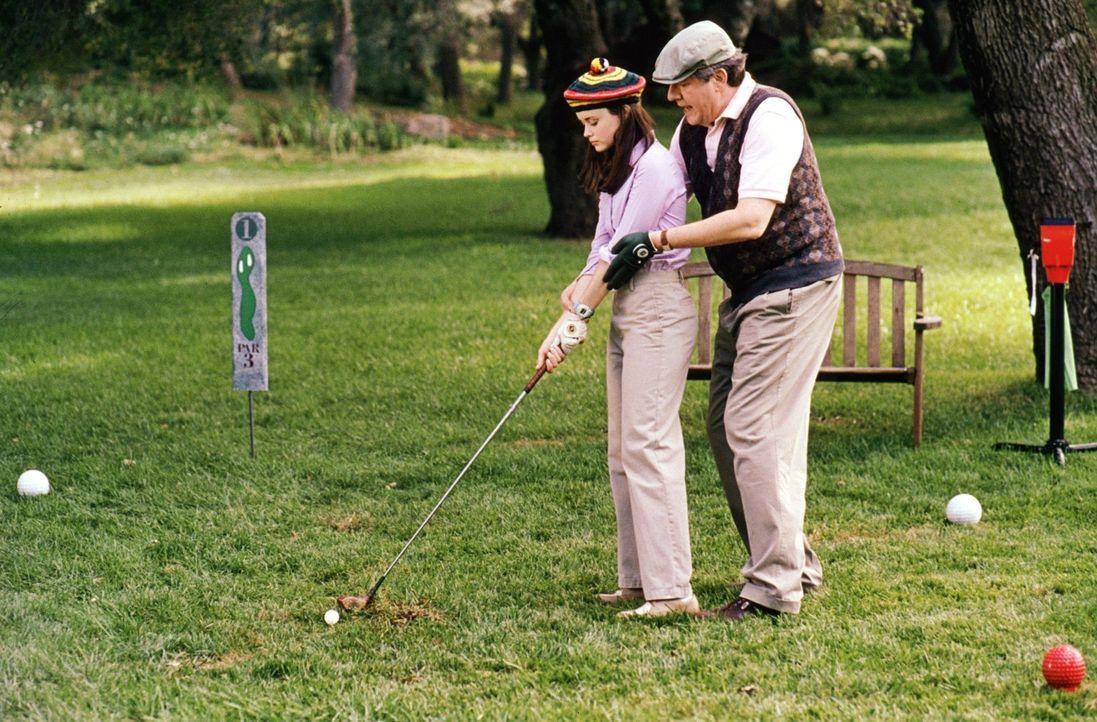 Richard (Edward Herrmann, r.) nimmt seine Enkelin Rory (Alexis Bledel, l.) mit zum Golfen. Werden die beiden einen schönen Tag miteinander verbringe... - Bildquelle: 2000 Warner Bros.