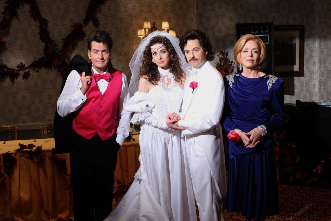 Rückblende an einen ganz besonderen Tag: Charlie (Charlie Sheen, l.), Judith (Marin Hinkle, 2.v.l.), Alan (Jon Cryer, 2.v.r.) und Evelyn (Holland Ta... - Bildquelle: Warner Brothers