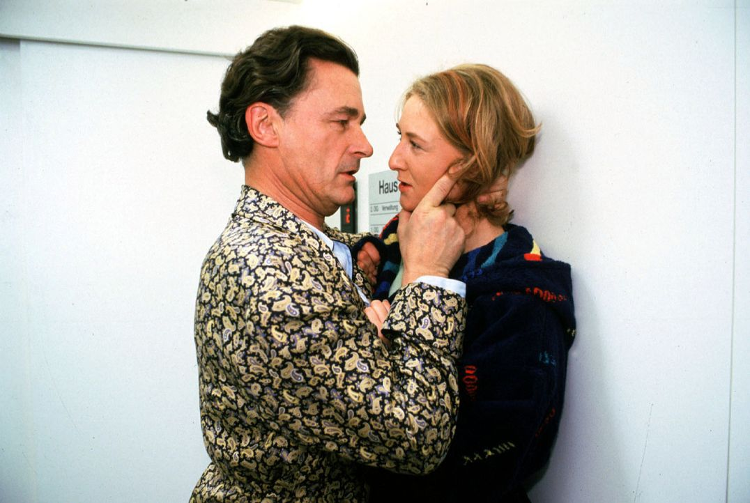 Rose Ziegler (Manuela Dombeck, r.) wird von dem Gefängnisdirektor Wolfgang Frischmuth (Max Volkert Martens, l.) bedroht, nachdem sie ihn als den Man... - Bildquelle: Noreen Flynn Sat.1