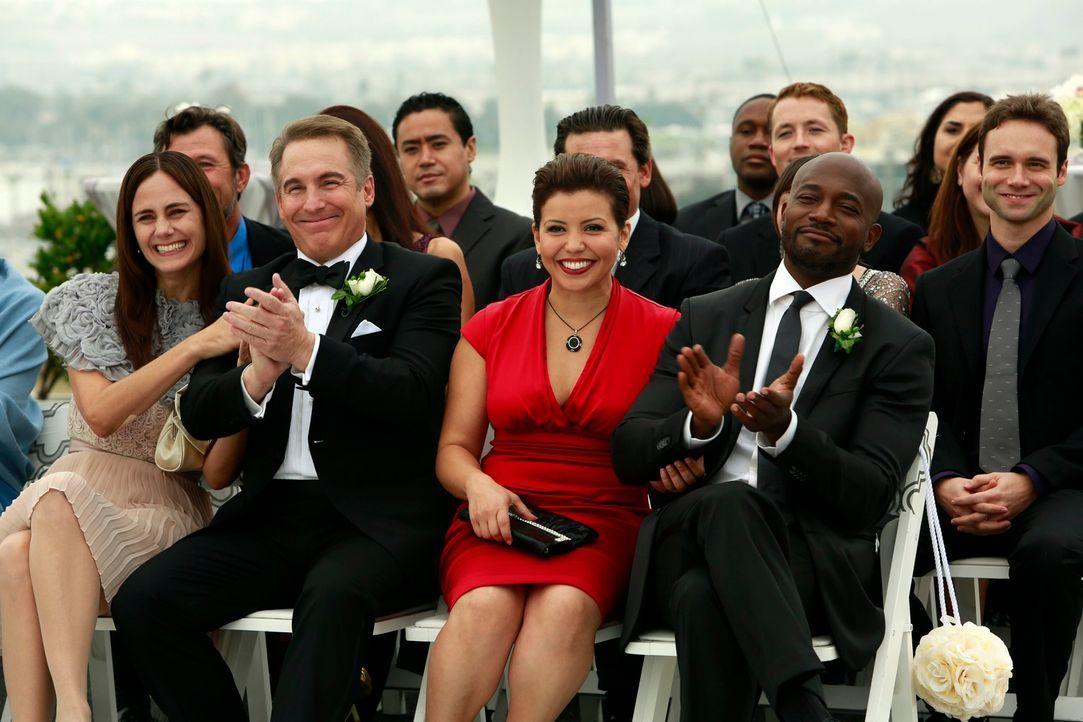 Genießen den besonderen Tag mit Addison und Jake : (vorne v.l.n.r.) Miranda (Diane Farr), Sheldon (Brian Benben), Stephanie (Justina Machado) und S... - Bildquelle: ABC Studios